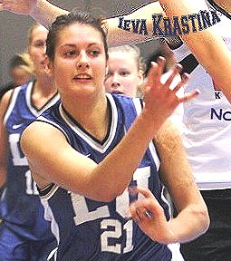 Image of LSPA women's basketball player, Ieva Krastina, passing the ball in a game. Foto: Renars Buivids, http://sportacentrs.com .