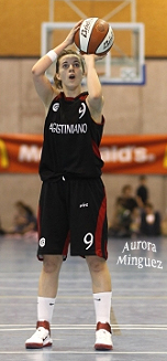 Image of Aurora Minguez, Spanish college basketball player, taking a foul shot.