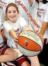 Louisa Jungmann, Wulfen U-13 Jugendregionalliga basketball player. From team photo, showing basketball towards camera.