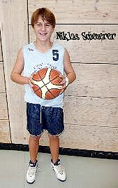 Image of U14 basketball player, Captasin Niklas Scheuerer, VSC Donauwörth (Mr. Plan), Germany U14 Kreisliga Mixed (co-ed) North/Schwaben (Swabia). Holding basketball, number 5.